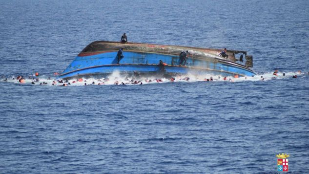 To trzeci taki wypadek na Morzu Śródziemnym w ciągu ostatnich dni; w czwartek w wyniku wywrócenia się łodzi zginęło  ok. 30 migrantów. (fot. PAP/EPA/ITALIAN NAVY)