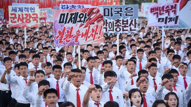 Obywatele Koreańskiej Republiki Ludowo-Demokratycznej podczas manifestacji antyamerykańskiej w Pjongjangu (fot. KCNA/via Reuters)