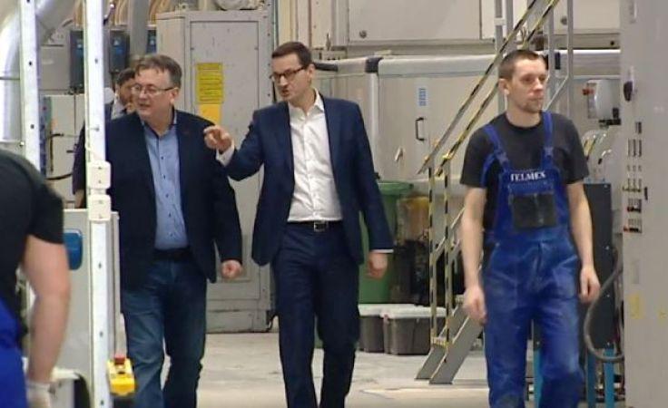 Premier Mateusz Morawiecki w zakładzie produkcji mebli w Piszu
