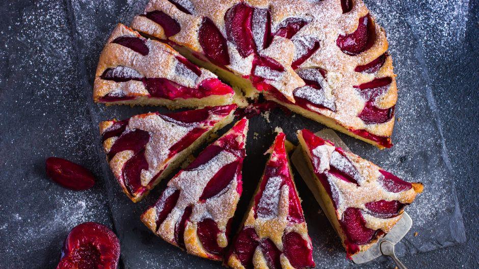 Ciasto ze śliwkami na pewno przypomni każdemu smak dzieciństwa i wakacje u babci (fot. Shutterstock)