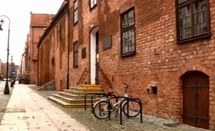Biblioteka mieści się w budynkach dawnego XIII-wiecznego kompleksu szpitalnego i kościoła św. Ducha,