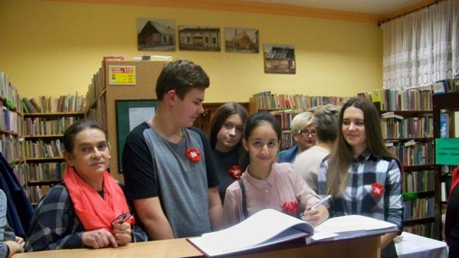 Młodzież z Gimnazjum im. Noblistów Polskich w Kleczewie została zaproszona do Biblioteki Publicznej na wspólne robienie rozet oraz na wieczornicę, na ktorej śpiewano pieśni patriotyczne (fot. Barbara Mrozińska)