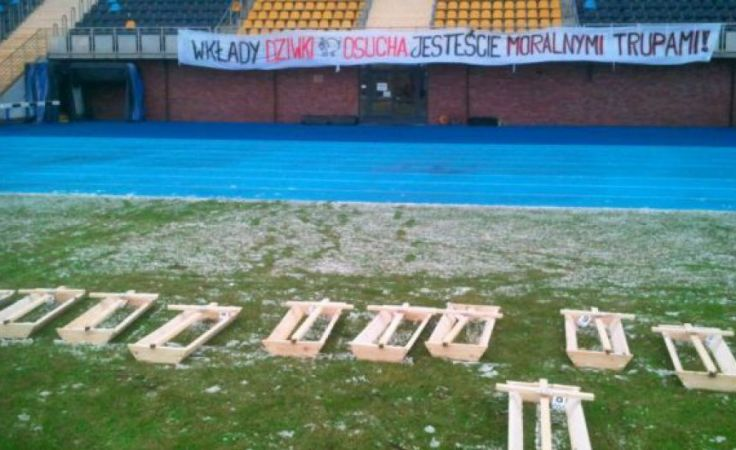15 trumien z krzyżami oraz transparent pojawiły się na murawie w nocy z 19 na 20 stycznia