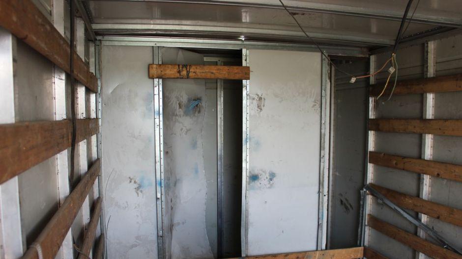 Podwójna ścianka w dostawczym nissanie