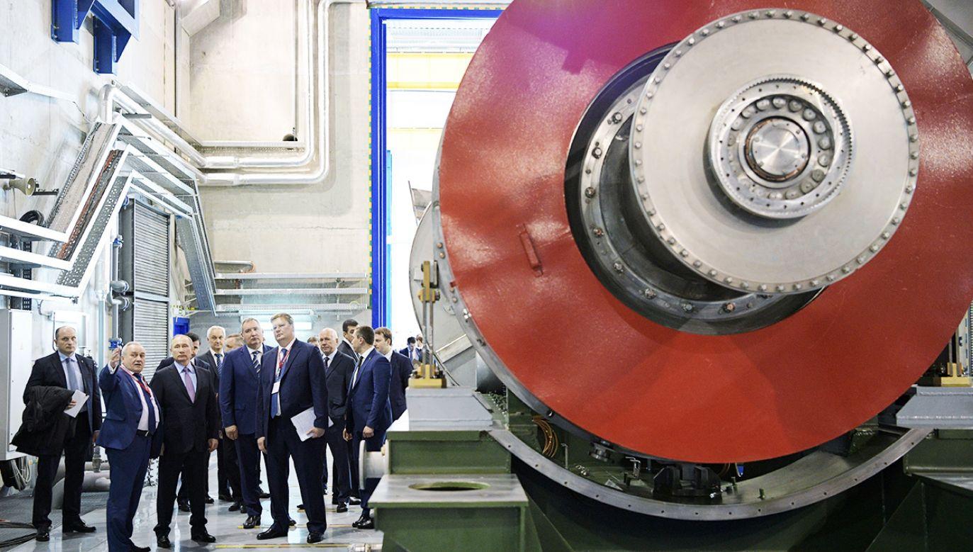 """Władimir Putin w trakcie wizytacji fabryki """"UEC-Saturn"""" w Rybińsku w kwietniu 2017 roku (fot. Sputnik/Alexei Druzhinin/Kremlin via REUTERS"""