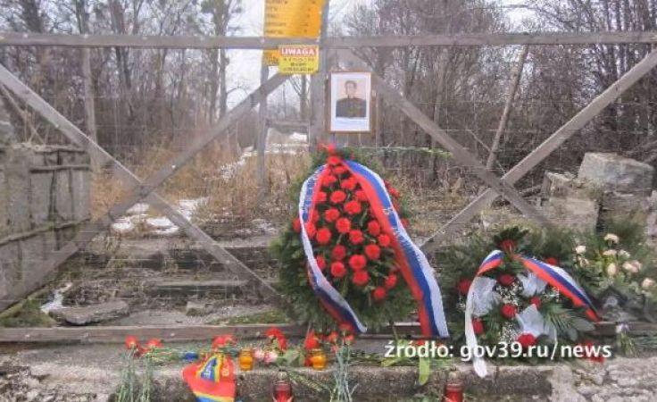 Delegacja rosyjska Rosjanie złożyła kwiaty przed ogrodzeniem otaczającym teren, na którym stał pomnik.