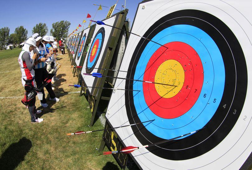Zawodnicy i zawodniczki sprawdzają swoje wyniki (fot. Getty Images)