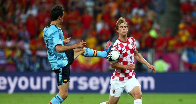 Alvaro Arbeloa walczy o piłkę z Ivanem Striniciem (fot. Getty)
