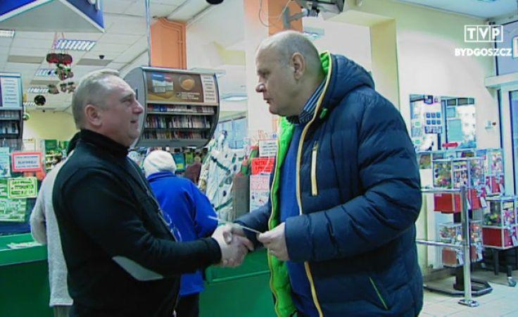 Związkowiec Jan Dopierała dziękował Mariuszowi Rogawskiemu za wcześniejsze zamykanie swych delikatesów