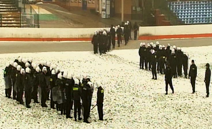 Trening z policyjnymi pałkami na stadionie żużlowym