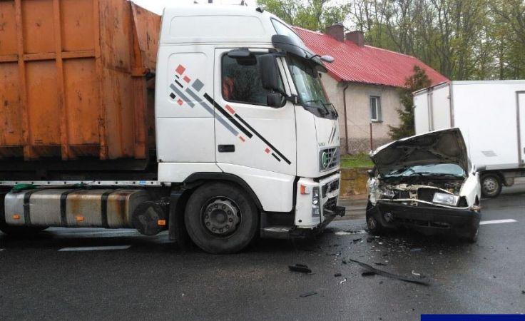 Kierowca oraz dwóch pasażerów audi z obrażeniami ciała trafiło do szpitala