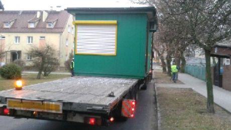 Zespół pojazdów wraz z kioskiem zaczepiał  korony drzew oraz poruszał się całą szerokością jezdni,  (fot. KWP Olsztyn).