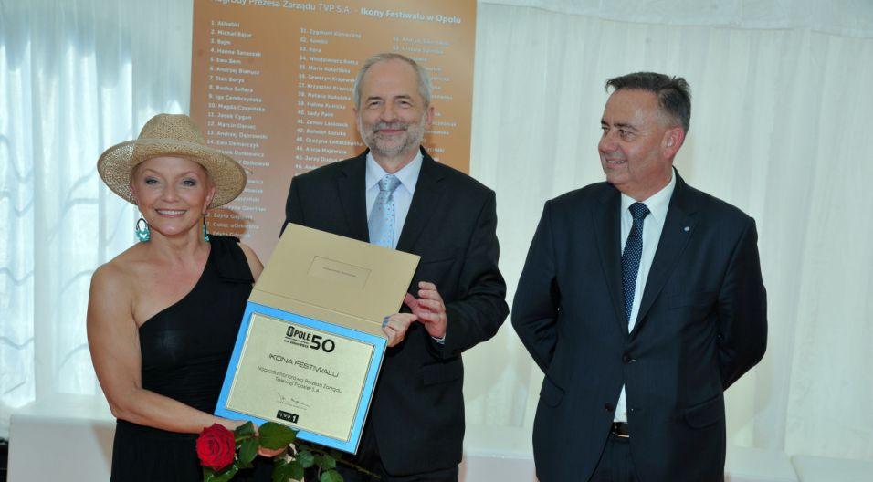 Małgorzata Ostrowska z jubileuszową nagrodą (fot. Ireneusz Sobieszczuk/TVP)
