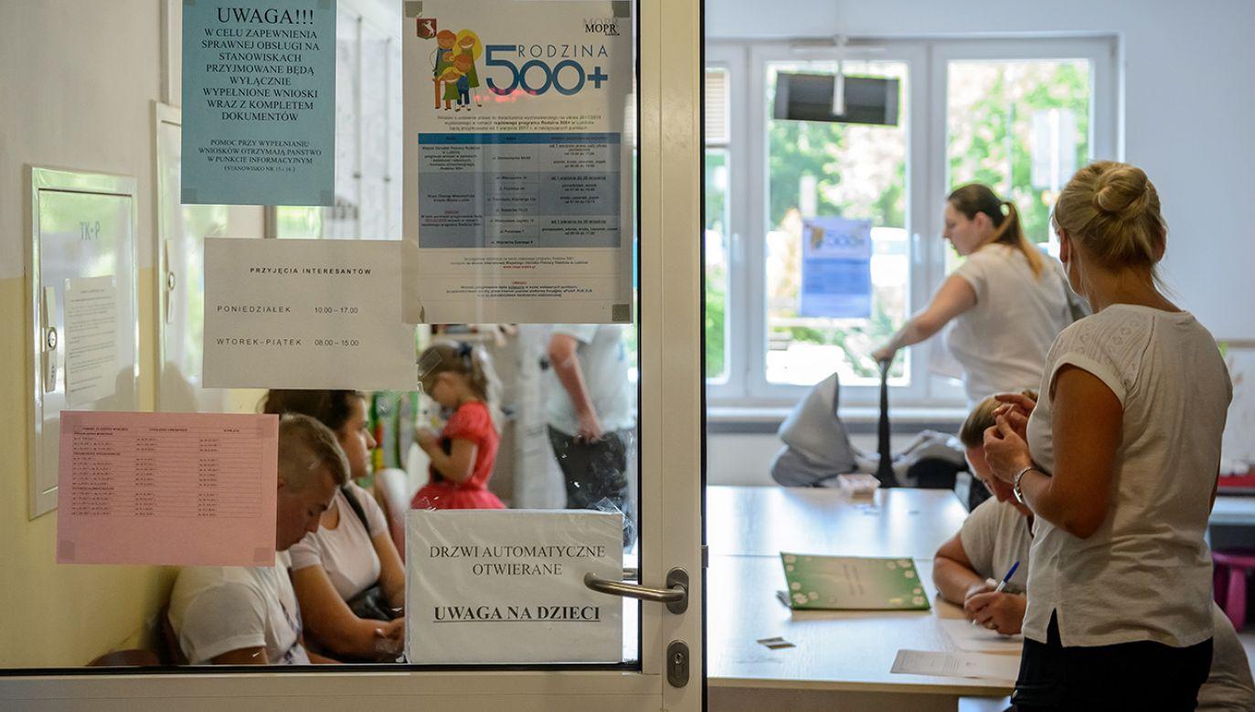 Punkt przyjmowania wniosków o świadczenia 500 Plus w Miejskim Ośrodku Pomocy Rodzinie w Lublinie (fot. arch.PAP/Wojciech Pacewicz)