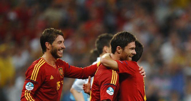 Radość Hiszpanów po golu Xabiego Alonso (fot. Getty Images)