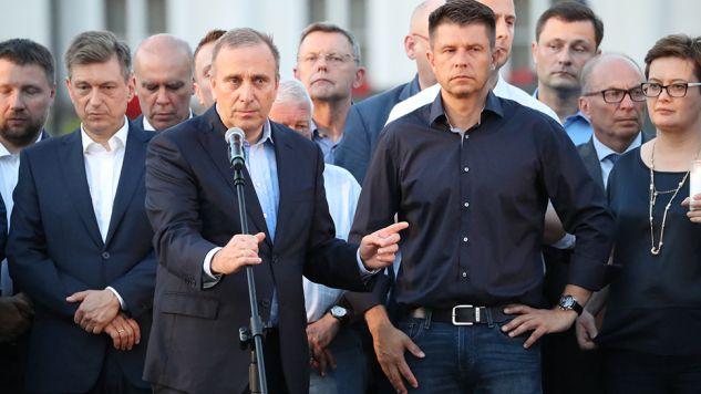 Posłowie opozycji podczas protestu przed Pałacem Prezydenckim (fot. PAP/Bartłomiej Zborowski)