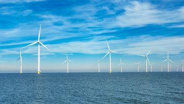 Rynek europejskiej energetyki wiatrowej rozwija się stabilnie, a 2017 r. był rekordowy – w morskich farmach wiatrowych zainstalowano 3 GW mocy (fot. Shutterstock/fokke baarssen)