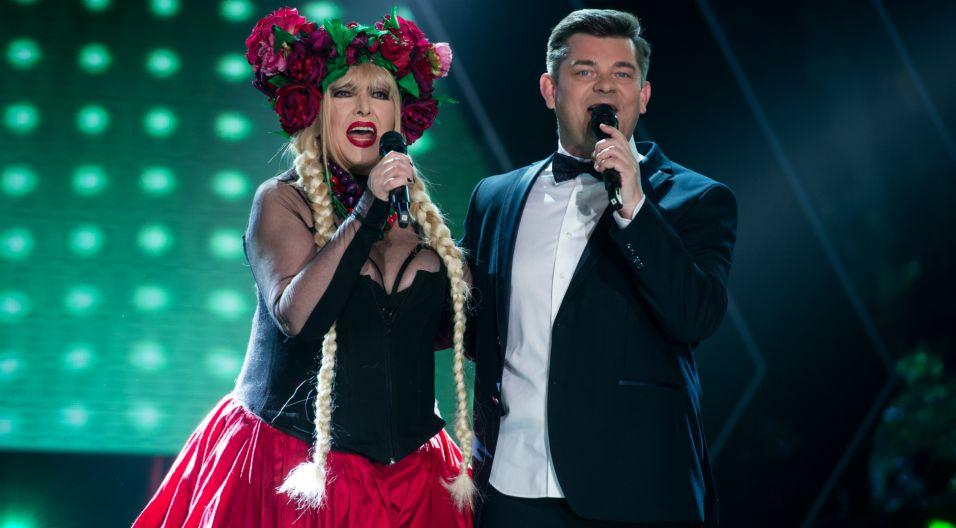 """Artystka lubi eksperymentować i poznawać różne gatunki muzyczne – w duecie z Zenonem Martyniukiem zaśpiewała jego przebój """"Przez twe oczy zielone"""" (fot. TVP)"""