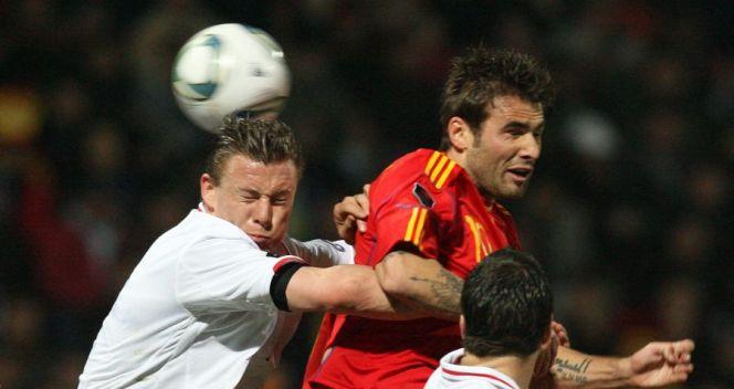 Tom Schnell (L) z Luksmeburga i strzelec dwóch goli dla Rumunii Adrian Mutu (fot. PAP/EPA)