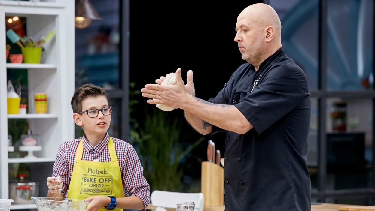 Juror Bryś robił wszystko, by przekazać uczestnikom tajemną wiedzę wyrabiania ciasta (fot. TVP)
