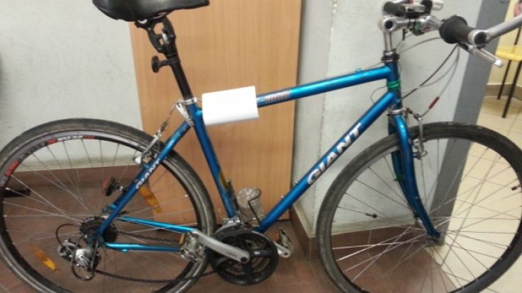 Niebieski rower marki giant znaleziony przy mężczyźnie