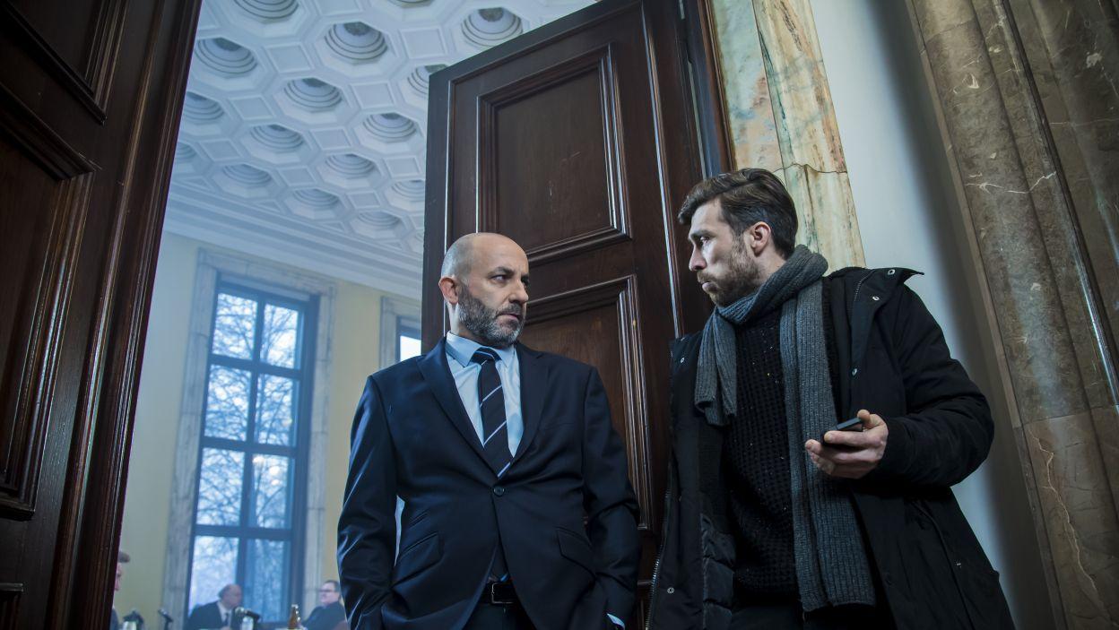 Dyrektor z nagraną rozmową stanowiącą dowód w sprawie obrony Teatru, przychodzi na obrady Urzędu Miasta. (fot. Maria Wytrykus/TVP)