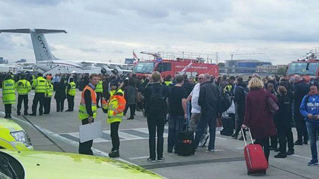 Z lotniska ewakuowano ok. 500 osób (fot. Twitter)