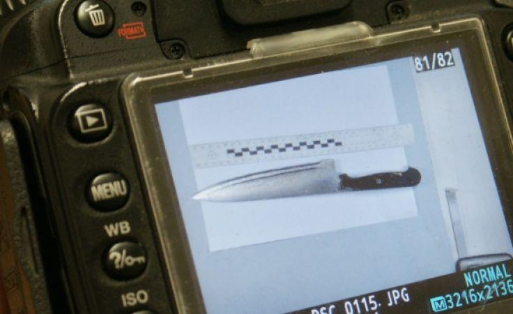 Na miejscu policja zabezpieczyła dwa noże. (fot. KMP Elbląg).