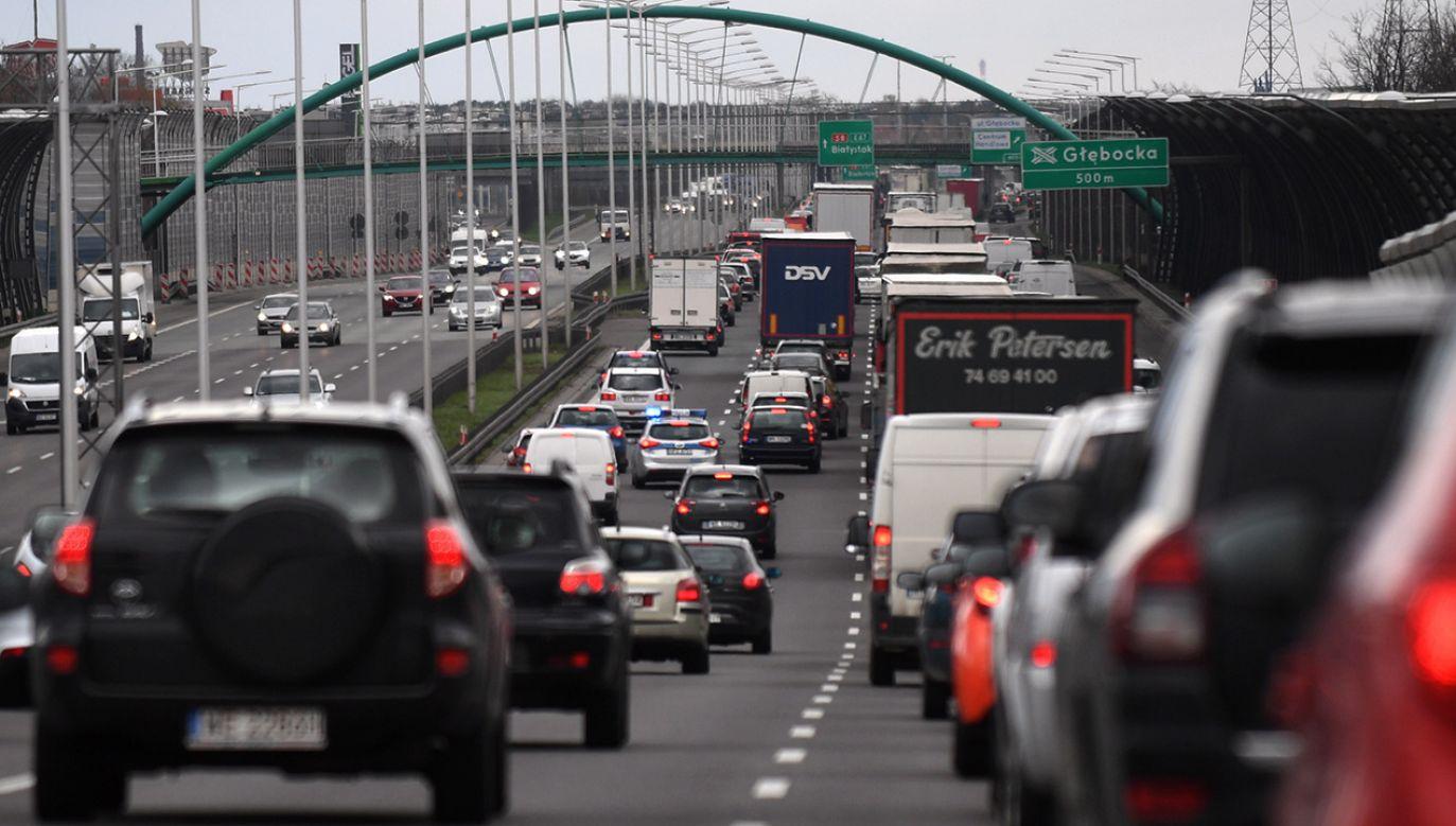 """Kierowcy nieodpowiedzialnie blokują tzw. """"drogę życia""""(fot. arch.PAP/Bartłomiej Zborowski)"""