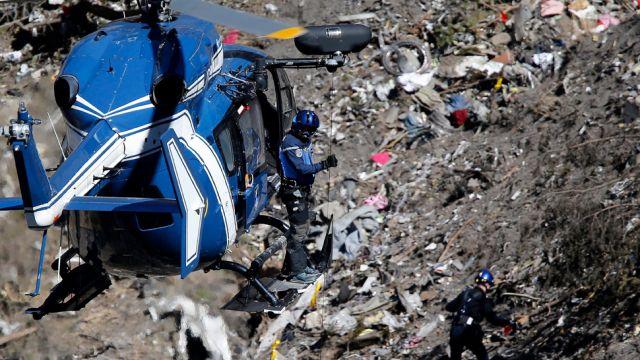 """Co się stało na pokładzie airbusa? Pilot sam w kokpicie i pancerne drzwi. """"Samobójstwo nie jest właściwym słowem"""""""