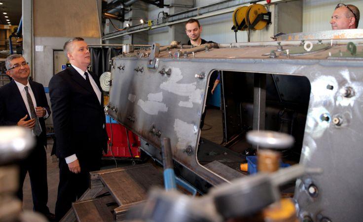 Minister obrony narodowej Tomasz Siemoniak podczas zwiedzania zakładów ROSOMAK SA w Siemianowicach Śl. fot.PAP/Andrzej Grygiel