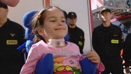 Niezwykła przyjaźń strażaków i małej dziewczynki
