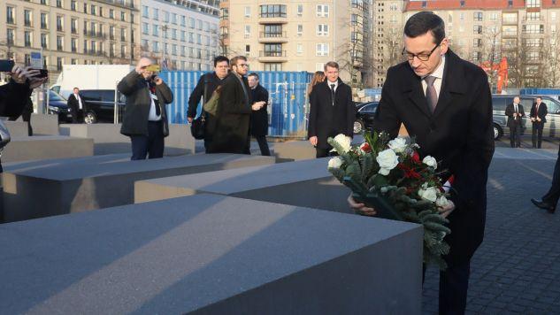Premier RP Mateusz Morawiecki składa wieniec pod Pomnikiem Pomordowanych Żydów Europy w Berlinie (fot. PAP/EPA/RONALD WITTEK)