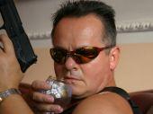 Wyrzucony z policji Metyl (Krzysztof Stroiński) znajduje pracę o detektywa Ostrowskiego (Piotr Pręgowski) (fot. TVP)