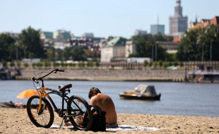 Warszawiacy odpoczywają na plaży nad Wisłą. Fot.: PAP/Rafał Guz