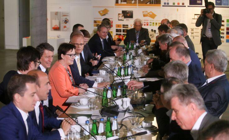 Premier Ewa Kopacz (5L) podczas spotkania z przedstawicielami Central Związków Górniczych w katowickiej Galerii Rondo Sztuki. fot. PAP Paweł Supernak