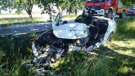 Na drodze K-63 kobieta jadąca BMW uderzyła w jadący z naprzeciwka autobus. (fot. KWP Olsztyn).