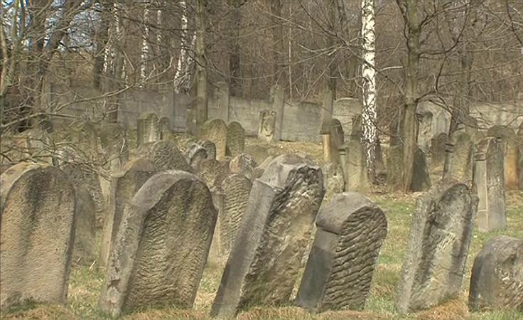 Mur okalający cmentarz żydowski zawalił się na prywatne posesje.