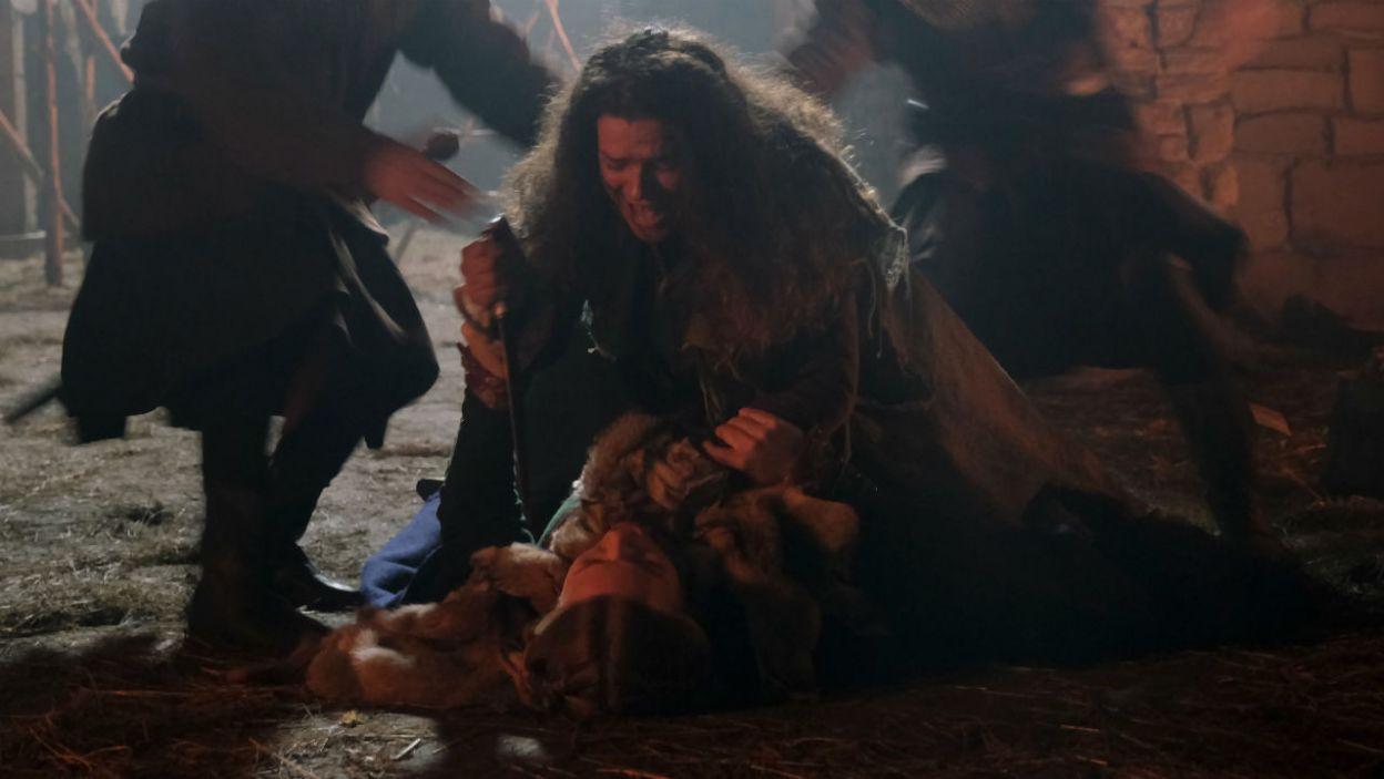 Uciekiniarka dopada nocą Gabiję i rzuca się na nią z nożem. Szybka reakcja straży pozwala uniknąć tragedii (fot. TVP)