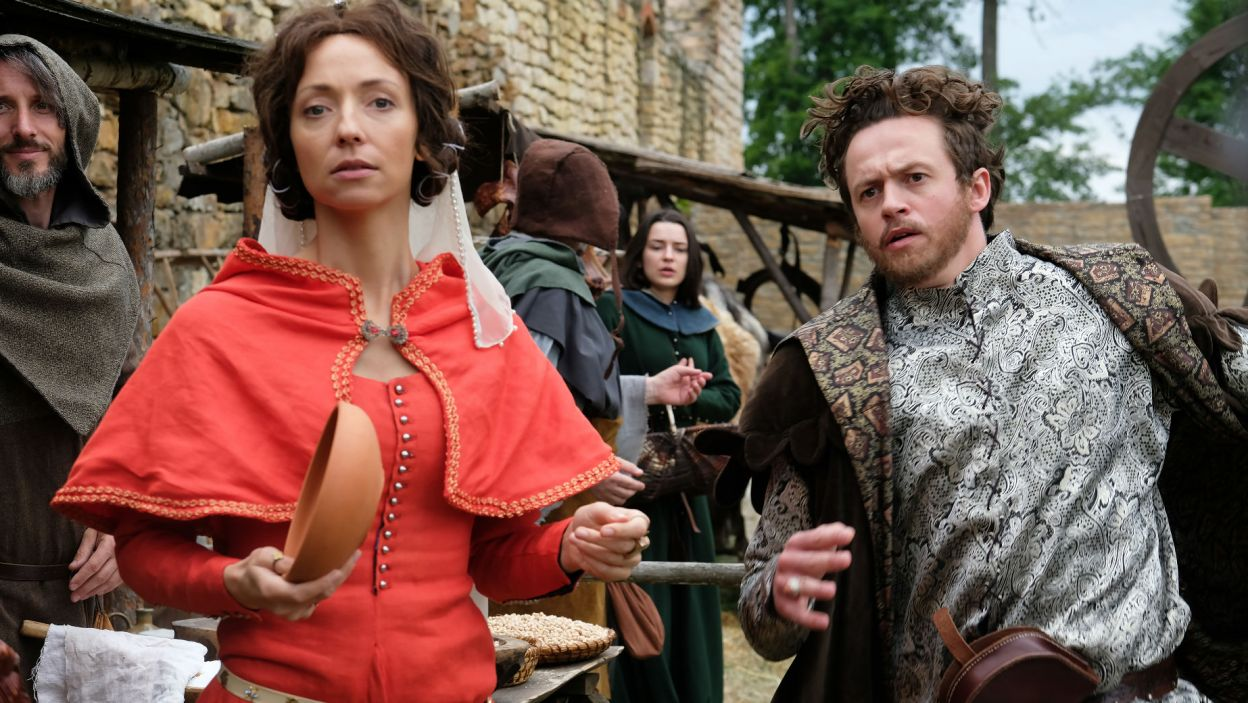 Ligęza dostrzega na targu znajomą kobietę. Okazuje się, że to Bella, jego dawna miłość... (fot. TVP)