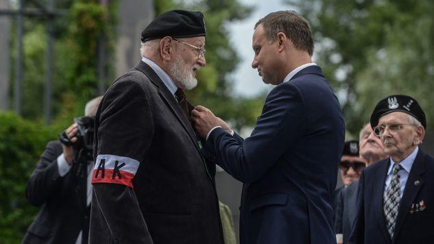 Prezydent Andrzej Duda odznaczył Henryka Skalskiego podczas uroczystości w Parku Wolności przy Muzeum Powstania Warszawskiego w Warszawie (fot. PAP/Jakub Kamiński)