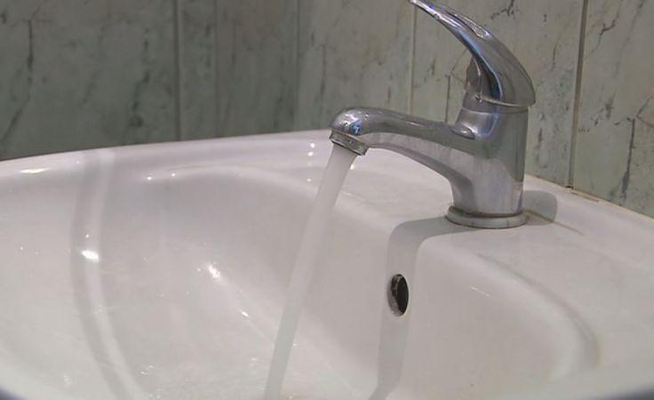 Woda skażona bakteriami z grupy coli. Trwa płukanie wodociągu