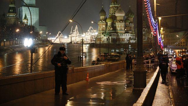 Cimoszewicz: okoliczności śmierci Niemcowa wskazują na zaangażowanie służb