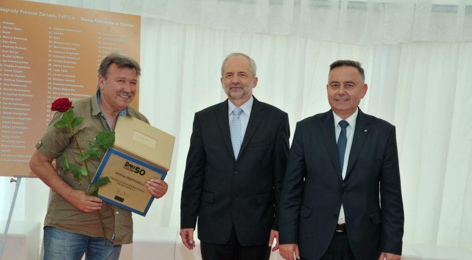 Andrzej Rybiński z jubileuszową nagrodą (fot. Ireneusz Sobieszczuk/TVP)