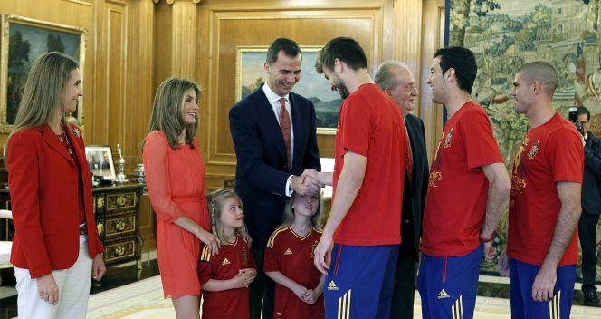Trio z Barcelony wita się z rodziną królewską (fot. PAP/EPA)