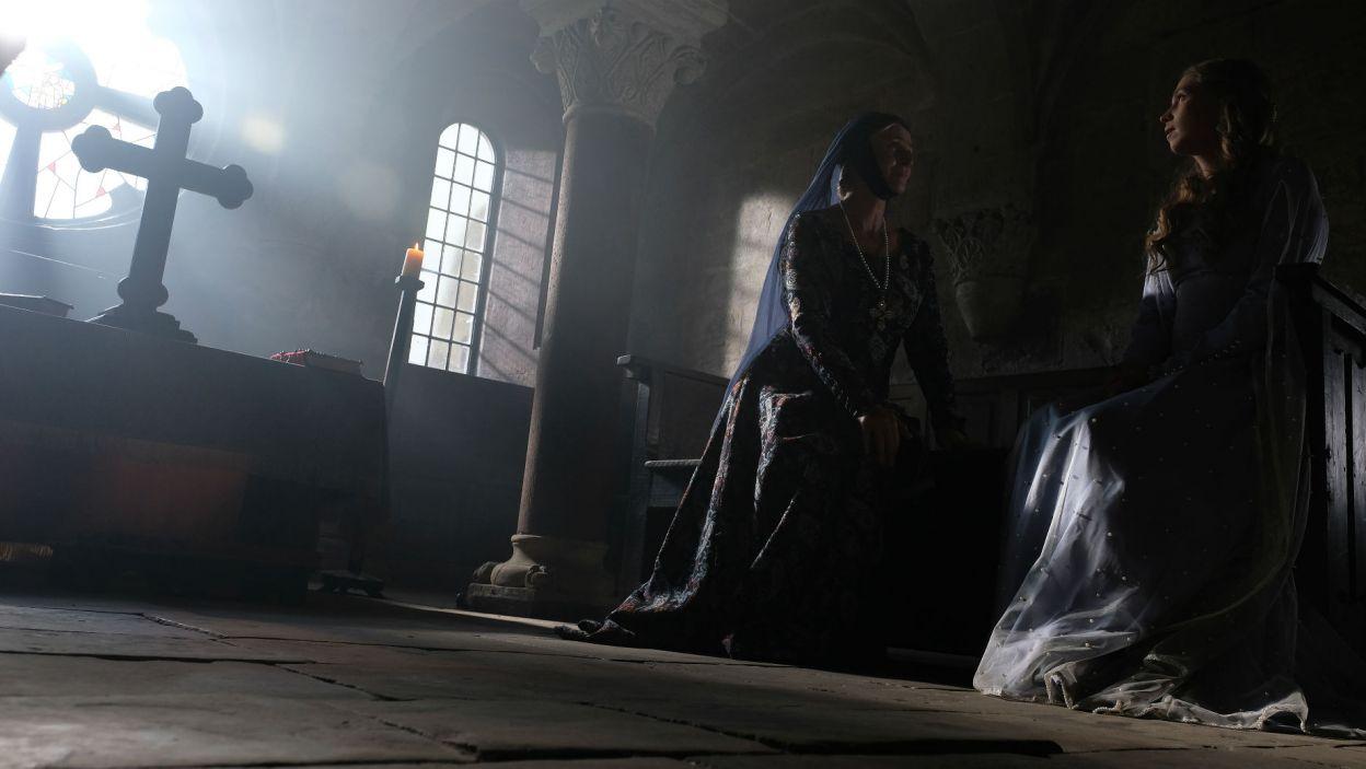 – Mnie prowadzi Bóg – mówi Elżbieta. – Chyba nie masz zamiaru żyć w czystości? – pyta zaniepokojona dwórka (fot. TVP)