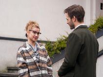 Co gorsza, Paweł wykorzystuje Sylwię, by pozbyć się zainteresowanej nim klientki... (fot. TVP)