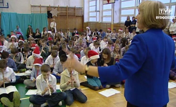 300 uczniów zagrało kolędę w szkolnej sali gimnastycznej