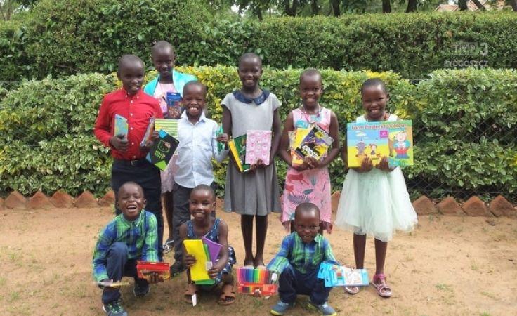 Dzieci w Afryce ciesza się z każdego zeszytu, kredek, pisaka czy ołówka