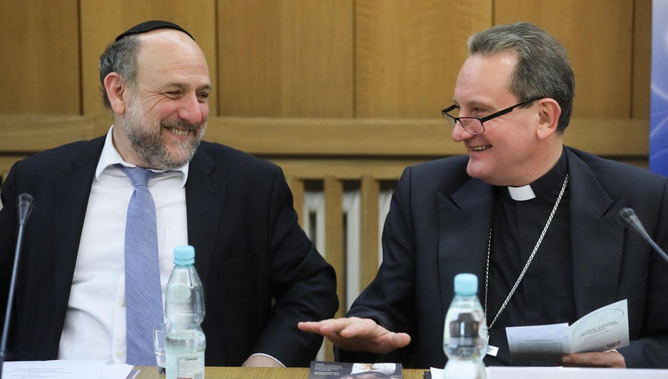 Naczelny rabin Polski Michael Schudrich (L) i przewodniczący Komitetu ds. Dialogu z Judaizmem bp Rafał Markowski (P) (fot. arch. PAP/ Paweł Supernak)